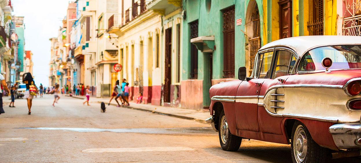 Rues de la Havane à Cuba avec voitures américaines vintage